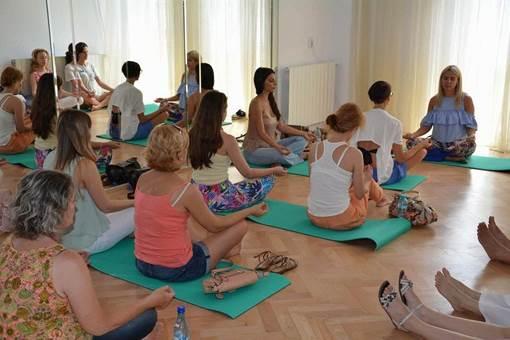 Ședință de yoga cu Școala Iubirii pentru comunitatea SELFTRUST Academy